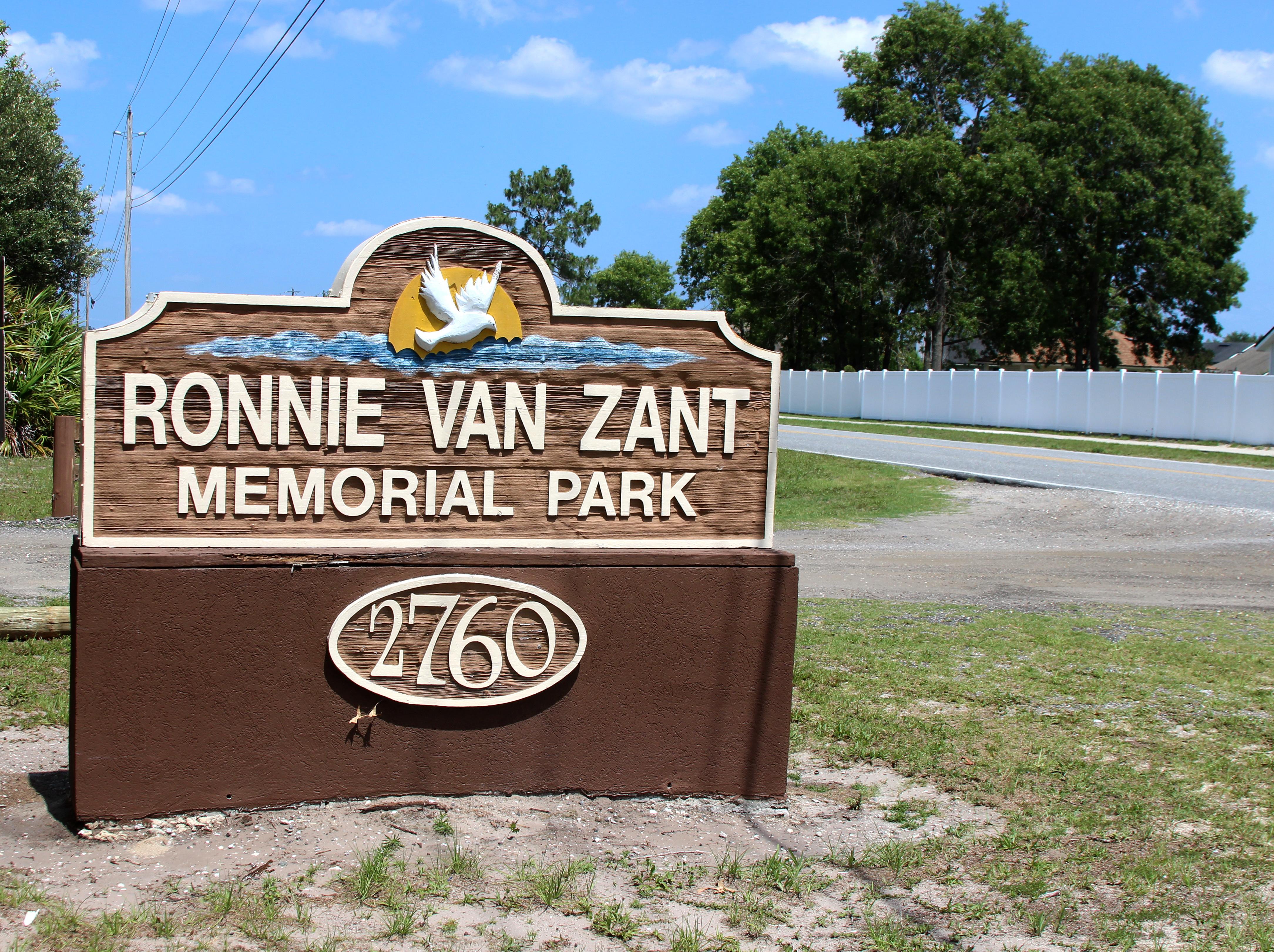 ronnie-van-zant-memorial_34178622824_o